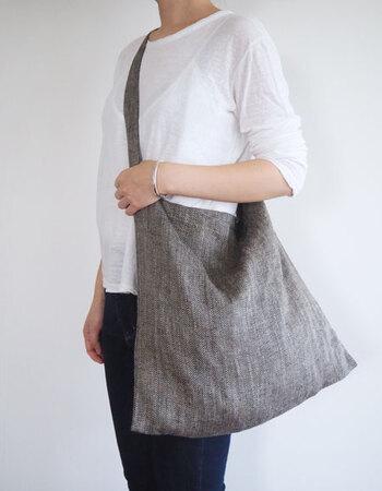 シンプルなかたちのバッグだからこそ、素材感が大切になります。斜め掛けすると、体にぴったりと沿うようになり、大容量なのにすっきりとして見えます。