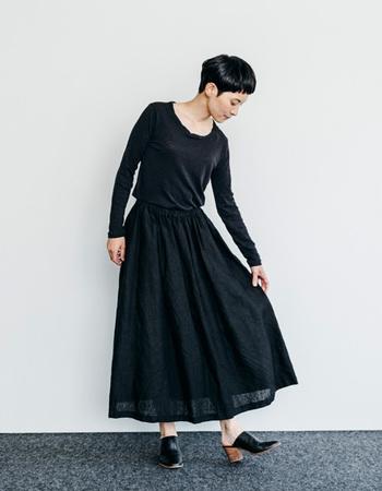 くるぶし丈のリネンスカートはウエスト周りにタックを入れて、すっきりとした上品さをあらわしています。落ち着きのある黒の色味もとてもシックです。