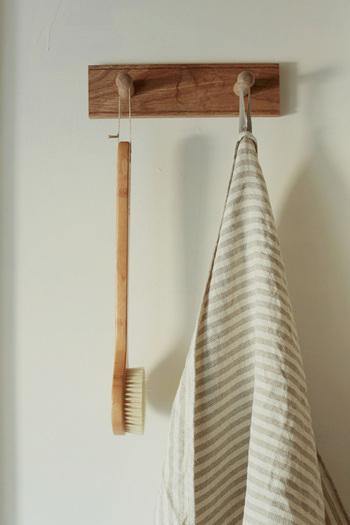 やさしい光沢感が嬉しいシャンブレー生地を使ったリネンタオルです。畳むとかさばらず、タオル置き場もすっきり保つことができます。