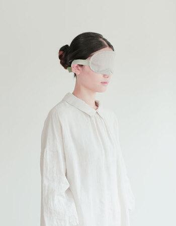 リネン生地を使ったアイマスクです。マジックテープで留めるようになっているので、ぴったりサイズでつけることができます。暗いお部屋でないと眠れない人にはおすすめの品です。