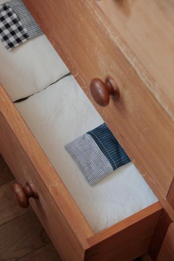 リネンのはぎれを使ったというサシェ。やわらかくほのかにラベンダーの香りが漂います。枕元やクローゼットにさりげなく置いておけば、安眠に導いてくれそうです。