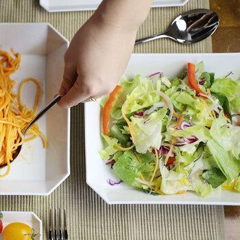 「220 スクエアボウル」は、サラダの盛り付けに、またメインディッシュ用のお皿にぴったりな大きさです。ある程度深さがあるので、盛り付けやすくサーブしやすいのもうれしいポイント。