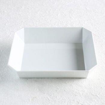 従来の有田焼のイメージとは全く異なる、シンプルでモダンなデザインを追求した有田焼ブランド「1616/arita japan(イチロクイチロク アリタジャパン)」。 デザイナー柳原照弘氏によるデザインと、有田焼の職人さんの伝統技術がコラボして生まれた、「TY Standardシリーズ」の食器は、シンプルかつ機能的なデザインが特徴。