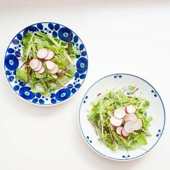満開に咲いた花のデザインを施した、清楚で可愛らしい食器。深みのある鮮やかな青色がテーブルに華やかさを添えてくれそうですね。