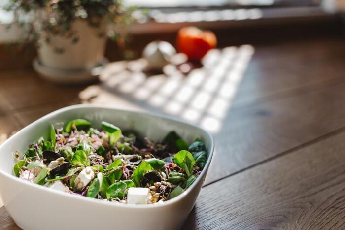 下ごしらえと盛り付け方のコツさえつかめば、おいしくて見た目も良しなカフェ風サラダがつくれます。普段の食事やおもてなしに、テーブルがパッと華やかになるサラダを作ってみませんか?