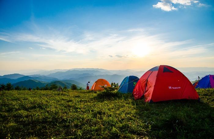 """テントの大きさはキャンプに参加する人数に合わせて選びます。テントに記載されている人数はあくまで""""最大""""の収容可能人数。表示されている人数よりも1~2人引いた人数で使用すると、余裕を持って快適に過ごすことができますよ。"""