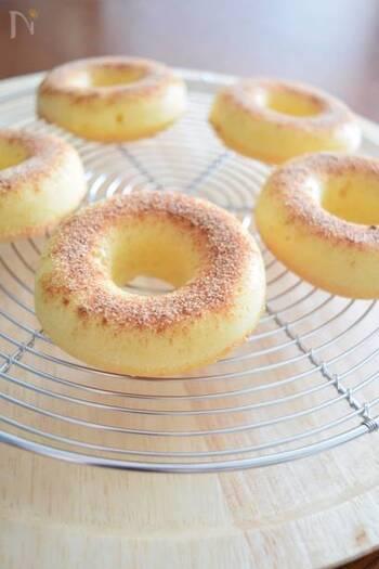 シリコン素材のドーナツ型に生地を入れ、オーブンで焼いて作るドーナツ。オーブンの種類によって焼き時間が異なるので、焼き色をみて判断すると良いかも。