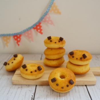 バターの風味が食欲をそそる焼きドーナツ。トッピングを工夫すれば、子供の集まりにも使えそうな可愛らしいドーナツに♪