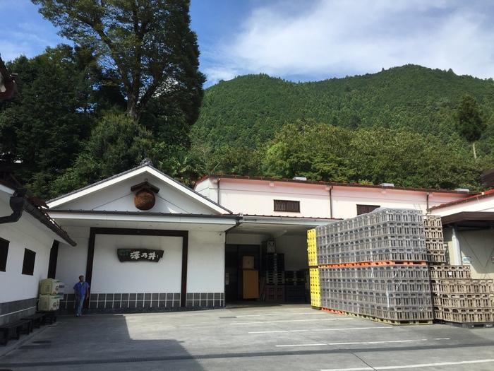 JR青梅線の沢井駅から歩いて5分ほどにある「澤乃井酒造」は、都内でもっとも古い蔵元と言われる1702年創業の酒蔵です。駅名からも分かる通り、豊かな名水が沢となって流れることから昔このエリアは「沢井村」と呼ばれていたそう。