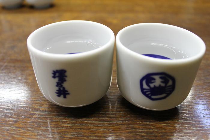 見学の最後には「きき酒」も楽しめます。こちらの日本酒は、すっきりとしたキレの良い飲み口が特徴で、和食だけでなくさまざまなお料理にも合うと評判。試飲したお酒を売店でお土産に購入するのも良いですね。