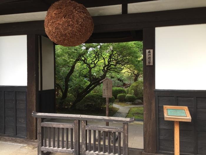 """JR青梅線の拝島駅から歩いて20分のところにある「石川酒造」。住宅街に広がる広い敷地には、酒蔵やビール工房、レストランなどがあり丸1日楽しめることから、""""酒飲みのテーマパーク""""とも呼ばれています。"""
