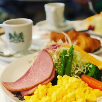 一番人気のメニュー「京の朝食」は、ハムやスクランブルエッグにサラダがワンプレートになっており、クロワッサンが添えられています。飲み物もオレンジジュースにコーヒーか紅茶がついてくる、まるでホテルのようなモーニングが楽しめます。