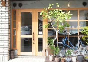 バルマーネは、清水五条駅近くの住宅街の中にある隠れ家的な人気カフェです。店内には自然光が入るような造りになっており、明るくおしゃれな空間でモーニングを楽しめます。