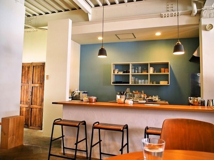 アカツキコーヒーは、ご夫婦で経営されている、おしゃれ過ぎると評判のカフェです。白と水色の壁面に木目調の家具がとてもマッチしています。朝は9時から営業されており、コーヒーやケーキが楽しめます。