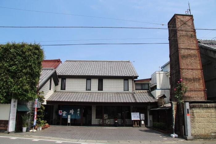埼玉県比企郡小川町で1902年に創業した「晴雲酒造」は、地元産の無農薬米を自社で精米し、水にこだわった日本酒で知られています。