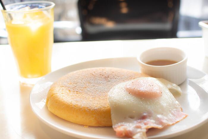 朝の時間帯は、モーニングにぴったりのパンケーキも人気です。プレーンのパンケーキにメープルシロップをたっぷりかけて食べれば、幸せな朝のはじまりです。