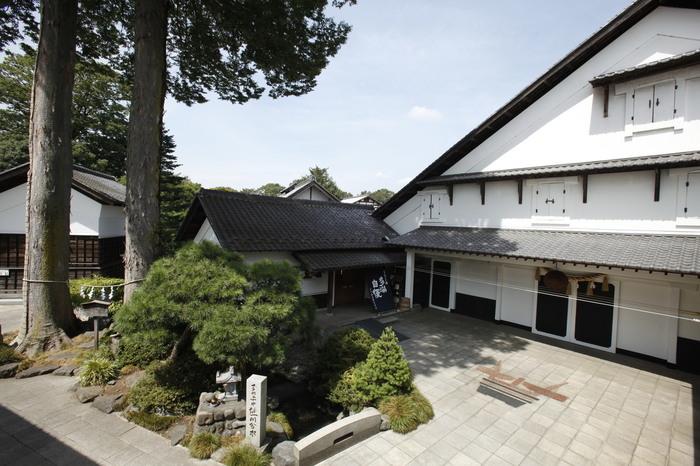 約300坪の瓦が敷き詰められた屋根と大きな白壁が印象的な本蔵は、国登録の有形文化財に指定されています。石川酒造を代表する「多満自慢」が今もここで醸造されているそう。