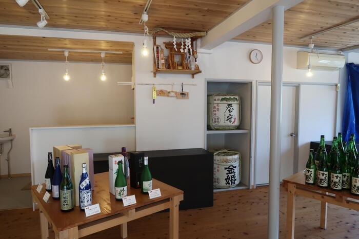 お祝いごとにふさわしい「金婚純米酒」は、お米本来の旨みとすっきりした後味が特徴。そして、もうひとつ豊島屋酒造を代表するのが「白酒」。江戸で草分けとなったお酒を今も当時の製法にこだわって醸造していて、自然な甘さを楽しみたい方におすすめです。
