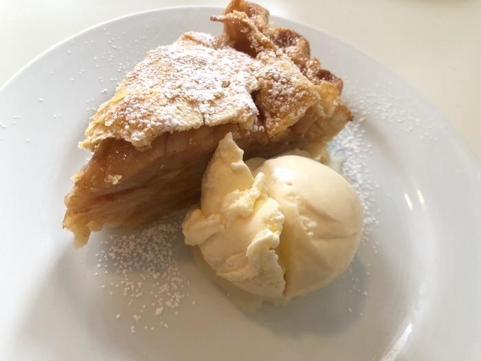 一番人気のアップルパイは、朝の時間帯も注文可能です。かなりの厚みがあり、甘くフランベされた大きめのリンゴがごろごろと入っています。
