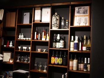 """特徴のひとつが酒蔵にあります。土蔵などで造られることの多い酒蔵を、筋コンクリートのビル内に設け、ここで1年中酒作りを行っているそう。また、日本酒の決め手ともいえる""""仕込み水""""は、東京都水道局の水道水を使っているんですよ。まさに東京生まれの日本酒。"""