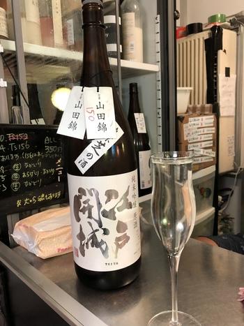 こちらは酒蔵を代表する「純米吟醸原酒 江戸開城」日々変化し続ける東京をイメージして、タンクごとに使う酵母や製造方法、アルコール度数も変化させています。香りや味わいの違いを楽しむために、シャンパングラスでおしゃれにいただくのもおすすめ。