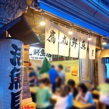 豊洲中央卸売市場の買参権を持つ(株)鷹丸が運営する海鮮料理店/居酒屋。新鮮でボリューミー、かつリーズナブル海鮮料理の提供によって幅広い支持を得ています。  魚介やお惣菜に混じって和系の鯖サンドがテイクアウト可能。
