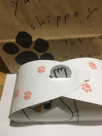 ギフトボックスには焼きドーナツが8本まで入ります。ネコの足跡と手がのぞくユニークなデザインは、お店のオリジナル。贈る方の好みに合わせて、いろんな種類のドーナツを選んでみませんか?