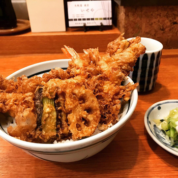 ごま油でカリッと揚がった茄子、蓮根、穴子に大海老に濃いめのたれ。 丼からはみ出すダイナミックな天ぷらで知られる同店ですが…