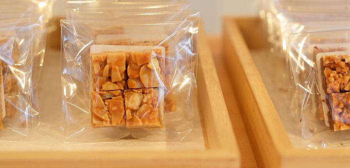 伝統の味を守りつつ、原材料に北海道産の小麦粉とよつ葉バターを使用するなどのこだわりも。ぱくっとひと口で食べやすいよう、4等分にカットされた心遣いもうれしいですね。