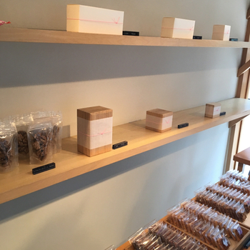 ギフトボックスは、紙箱と桐箱の2種類からセレクトできます。2つから12個まで数に合わせて選べますよ。