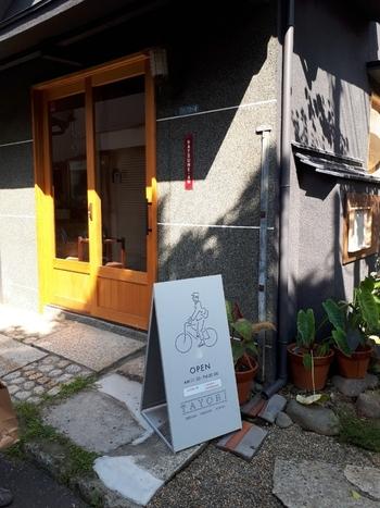 谷中銀座商店街から路地に入った隠れ家のような「TAYORI(タヨリ)」は、定食やテイクアウトのお惣菜、そして焼き菓子のお店。谷根千の手土産ならココ、といわれるほど人気があるんですよ。