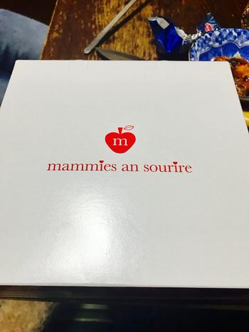 白地に赤のロゴがワンポイントのギフトボックス。メディアでもたびたび紹介される人気店の手土産は、目上の方にも喜んでもらえそうですね。