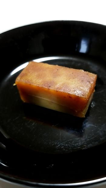 「栗薫」は、栗とお砂糖だけで作った羊羹。栗の風味がぎゅっと凝縮された、お店こだわりの上品な味わいです。