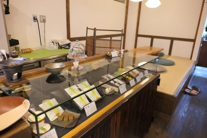 茨城県笠間市の自社農園で育てた栗にこだわり、栗のお菓子や甘露煮、焼き栗など栗好きにはたまらない和菓子が並んでいます。わざわざ遠方から訪れるお客さんも多く、海外から来店する方もいらっしゃるんだとか。