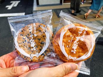 定番の醤油せんべい「堅丸」やごまの風味が豊かな「胡麻」も人気ですが、甘党派には「ザラメ」や「抹茶」などスイーツおせんべいもありますよ。