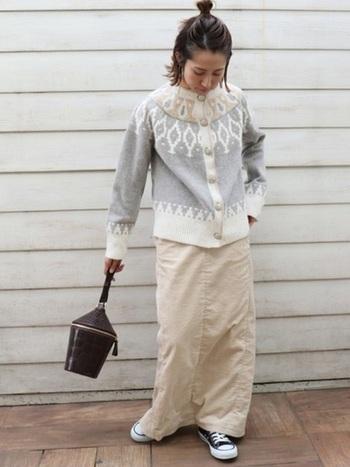 ほっこりデザインが可愛いジャガードニットに、ロングスカートを合わせて。防寒もトレンドも両方取り入れて、バッグとスニーカーのカラーでコーデを引き締めましょう。