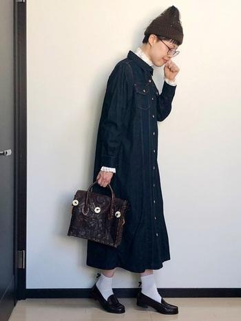 インディゴデニムのシャツワンピの襟や袖口から、フリルをチラ見せして、ちょっぴりロマンチックに。革のバッグの風合いが、コーデ全体に深みも与えています。