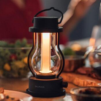 夜は明かりがなくなってしまうキャンプの必需品がランタン。テントの中に持ち込むなら、火を使うものはNG。充電式のおしゃれなランタンがおすすめです。