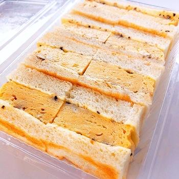 """マヨネーズ+""""かなり多め""""の黒胡椒を振りかけたトーストに、鰹と昆布の出汁巻き卵がサンドされて。 ※前日までに要予約。受け取りは11時から21時まで。"""