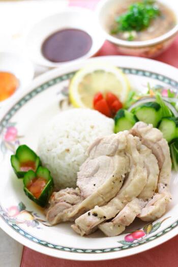 シンガポール、タイなど東南アジアの庶民グルメである「海南鶏飯」は茹でた鳥と茹で汁で調理する米料理。次にご紹介するレシピでは、日本でも人気の海南鶏飯を炊飯器でパッと簡単に作ることができます。調理はほぼ炊飯器任せで、ソースや付け合わせの野菜を用意するだけなので、初心者さんでも失敗知らずで嬉しいですね。