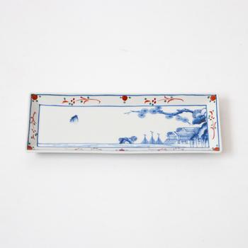 こちらは日本や中国で古くから愛されている「楼閣山水文」を描いた素敵な長皿です。楼閣山水文も笛吹と同じく、上出長右衛門窯を代表するモチーフのひとつ。建物と風景を描いた趣のある長皿は、毎日の料理を美味しそうに引き立てて、食卓を華やかな雰囲気に演出してくれます。