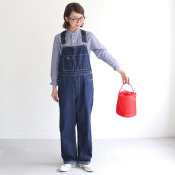 洋服でヴィヴィッドカラーを取り入れるのに抵抗がある方は、まずは小物から。バッグや靴などで、コーディネートにポジティブなヴィヴィッドカラーを投入してみましょう。