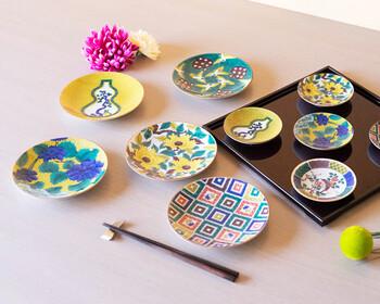 伝統柄を復刻させた美しい古九谷は、九谷焼のコレクターはもちろんのこと、骨董好きにも大人気です。豆皿と5号皿はどちらも日常使いしやすい大きさで、朝食・ティータイム・晩ご飯と、1日の中の様々なシーンに活躍してくれます。
