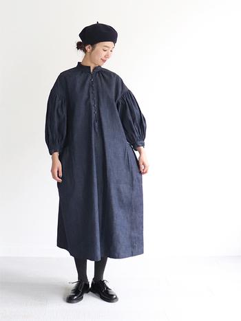 デニム生地のロング丈ワンピースは、ボリュームスリーブでベーシックになり過ぎないコーディネートに。タイツと黒のレースアップシューズを合わせて、シンプルに着こなしています。ベレー帽をプラスして、ワンアクセントを加えつつ季節感のアピールも◎