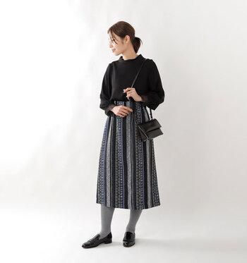 ワイドスリーブと袖のレースを組み合わせた、ちょっぴりクラシカルな印象の黒ブラウス。ベーシックなトップスには、着こなしが難しい柄スカートも合わせやすいのが魅力です。ボリューミーなシルエットで着ぶくれして見えないよう、下半身はタックインとタイツでスッキリまとめているのがポイント♪