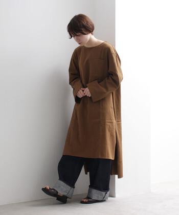 ブラウンのワイドスリーブワンピースは、ゆったりと着られるアイテム。デニムのワイドパンツを合わせて、とことんラフにコーディネートしています。足元は太めのロールアップでこなれ感をプラス。もう一折りして、靴下とショートブーツを合わせても秋冬らしい着こなしが楽しめます。