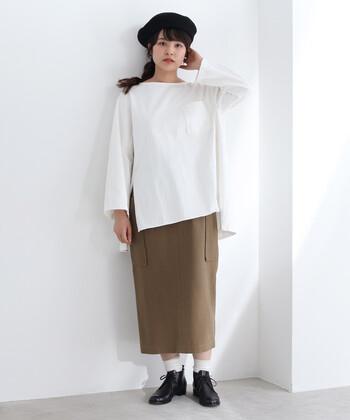 ゆったりとしたワイドスリーブと、前後差のある丈感が今っぽい白のプルオーバー。ブラウン系のタイトスカートを合わせて、タックインせずにラフに着こなしています。足元は黒シューズと白の靴下で、スカートとの間に肌色をちら見せしているのがポイントです。