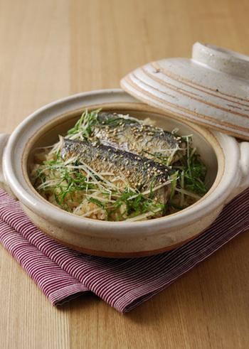 画像は、焼いた秋刀魚をお米と一緒に土鍋で蒸し、旨味をたっぷり閉じ込めた炊き込みご飯です。もち米をブレンドすることでモチモチ弾力のある食感がたまらないレシピ。シンプルな味付けに針生姜、青じそ、白ごまでアクセントを付けて、秋刀魚の美味しさをしっかり楽しめますよ。
