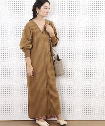 ベージュのロング丈カーディガンは、前後どちらも着られて羽織りとしても使える3wayアイテム。一枚でもサラリと着こなせますが、あえてスカートやワイドパンツを重ねて、裾から柄や色をちら見せしたコーディネートがとってもおしゃれです。薄手のワンピースを中に重ねるスタイリングもおすすめ♪