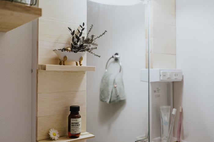 なんだか味気ないよくある洗面台も、木材を貼り付けて棚をプラスするだけで、明るい雰囲気に。あらかじめリメイクシートなどを貼っておけば、原状回復できるため賃貸でもOKの方法です。